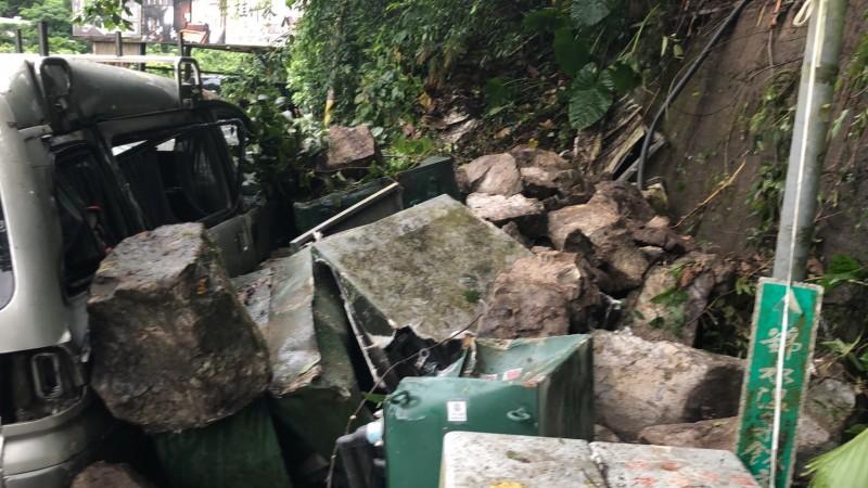 苗栗縣泰安鄉苗62線10公里處,今天下午2點半許,發生大量落石崩落,砸中車輛的意外。(圖由讀者提供)