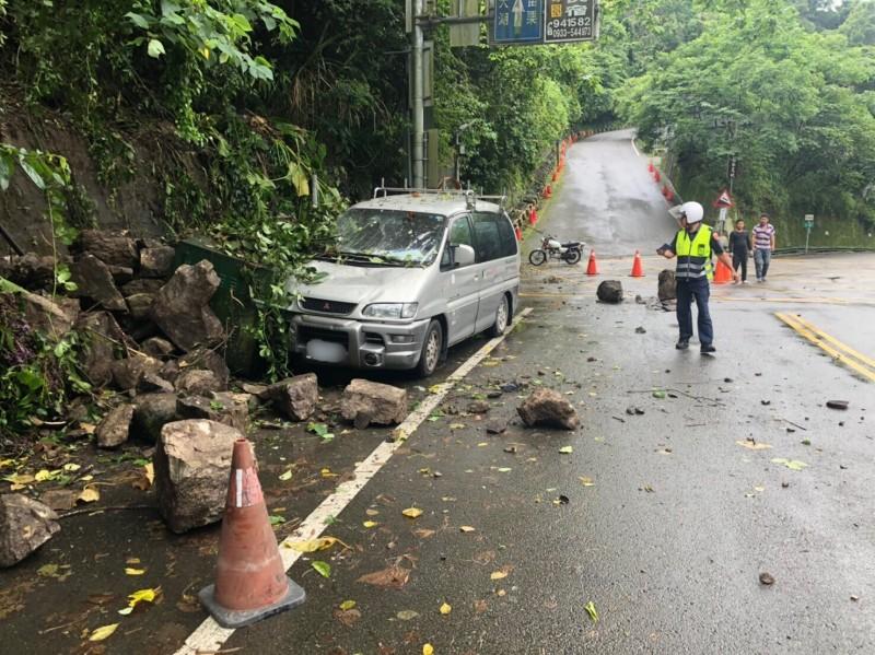 苗栗縣泰安鄉苗62線10公里處,今天下午2點半許,發生大量落石崩落,砸中車輛的意外,幸好無人員受傷。(圖由讀者提供)