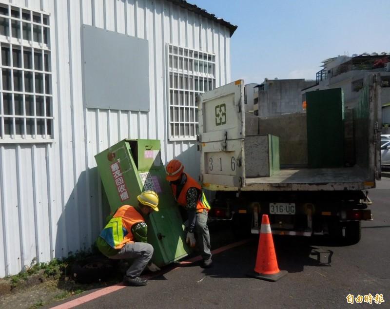 在大街小巷擅自設置的舊衣回收箱,南市環保局均依違反廢棄物清理法清除。(記者蔡文居攝)