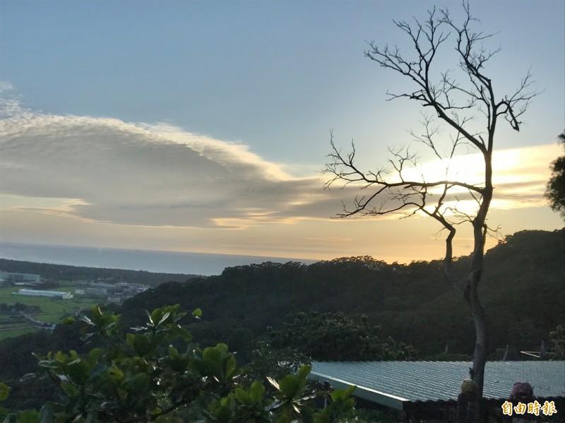 鳳崎落日步道的日落美景遠近馳名。(記者黃美珠攝)