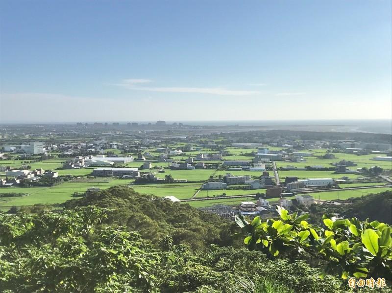 從鳳崎落日步道遠眺新竹西部海濱。(記者黃美珠攝)