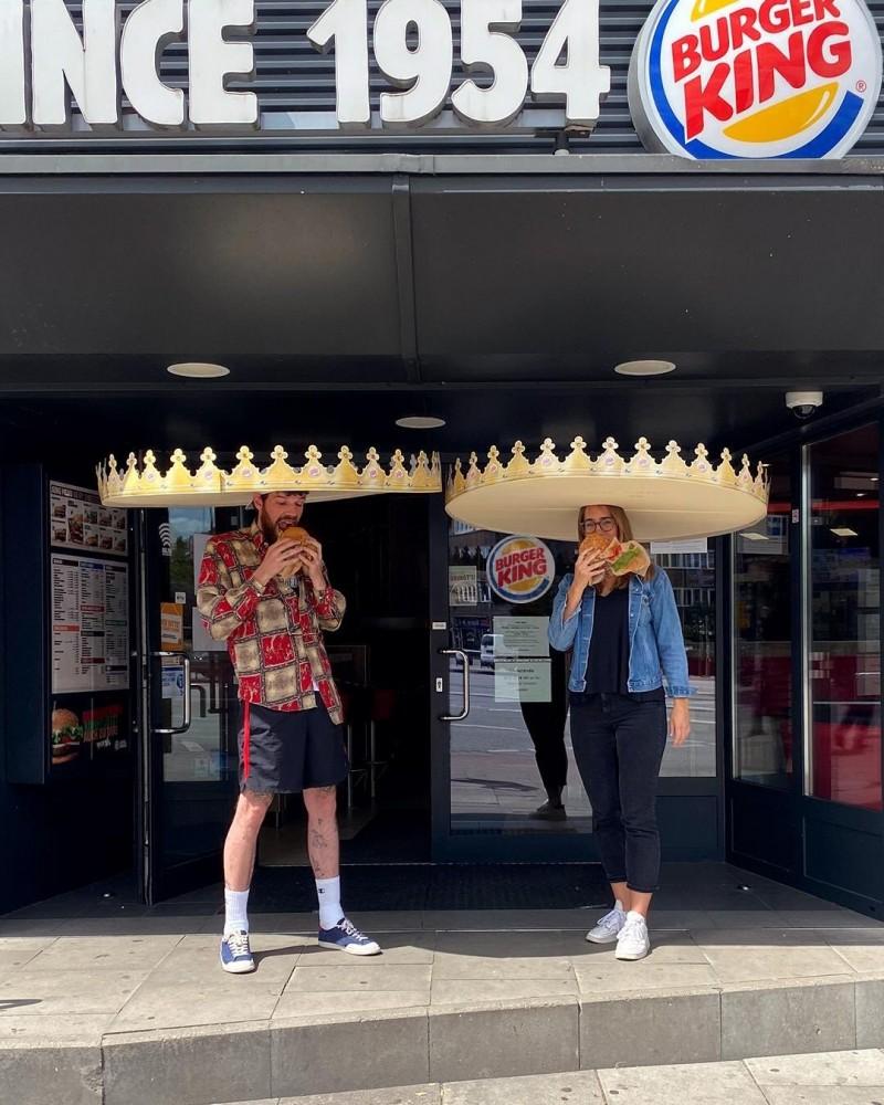 在世界仍處在武漢肺炎疫情威脅之際,如何保持社交距離也成為全球的共同課題;對此向來不落人後的漢堡王也在德國隆重推出「社交距離王冠」,讓上門享用漢堡的客人能吃的開心,也吃得安心。(圖擷取自twitter)