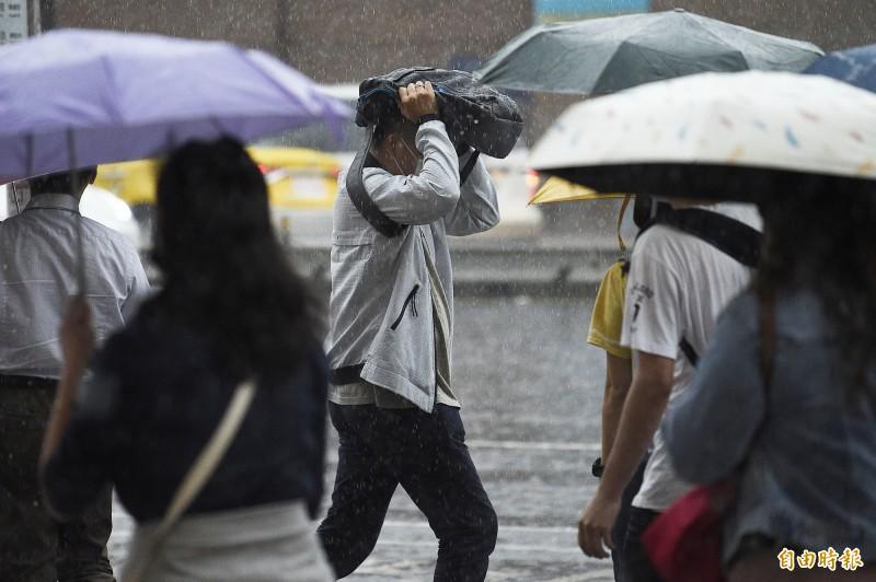 中央氣象局指出,今天(27日)受到鋒面影響,台南市、高雄市及屏東縣有局部大雨或豪雨發生的機率,台北市山區及基隆北海岸有局部大雨發生的機率。(資料照)