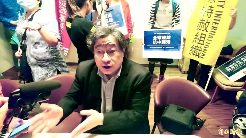 Academia Sinica Institute of Taiwan History associate research fellow Wu Rwei-ren talks about proposed Hong Kong national security legislation and its implications for Taiwan at a news conference in Taipei yesterday.  Photo: Chen Yu-fu, Taipei Times