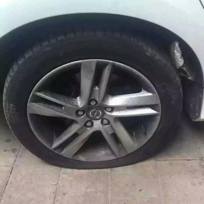 原PO在臉書分享輪胎被「異物」刺破的照片,不過細看照片發現,竟是被PRADA的高跟鞋刺穿了輪胎。(圖擷自爆廢公社二館)