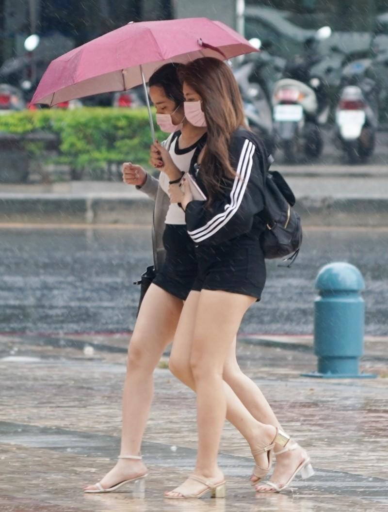 今起至週五受滯留鋒影響,各地皆有陣雨或雷雨機率。(資料照)