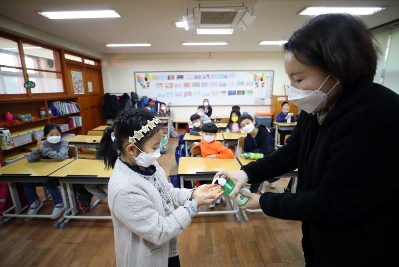 昨日南韓傳出有2名兒童身上出現新型神秘疾病「兒童多重炎症綜合症」(MIS-C)疑似症狀;今天南韓中央防疫對策本部表示,這2例病例都已康復。示意圖,非罹病患者。(歐新社)