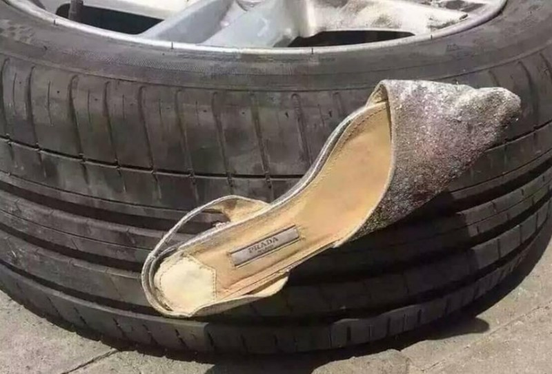 高跟鞋不偏不倚的插在輪胎上。(圖擷自爆廢公社二館)