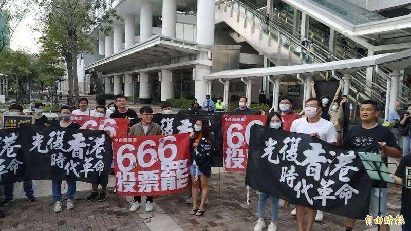 台灣基進黨與香港人,高喊「護台抗中、罷韓成功」。(記者洪定宏攝)