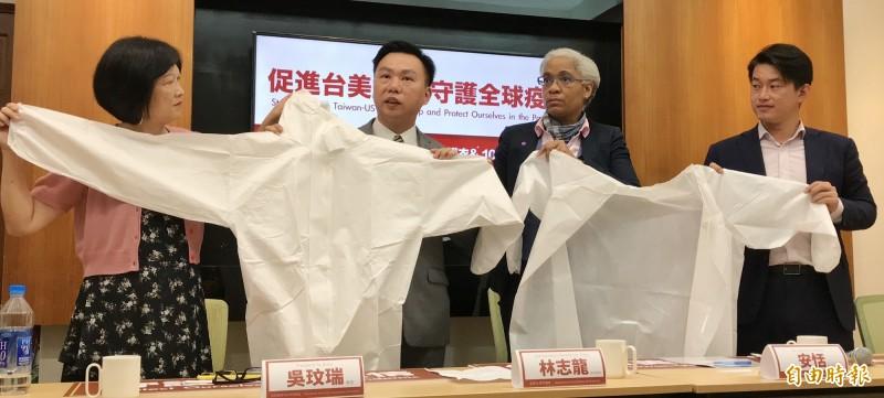 全美台灣同鄉會透過立委陳柏惟(右)捐贈防護衣及隔離衣,並由美國在台協會經濟組組長安恬(右二)代表受贈。(記者劉信德攝)