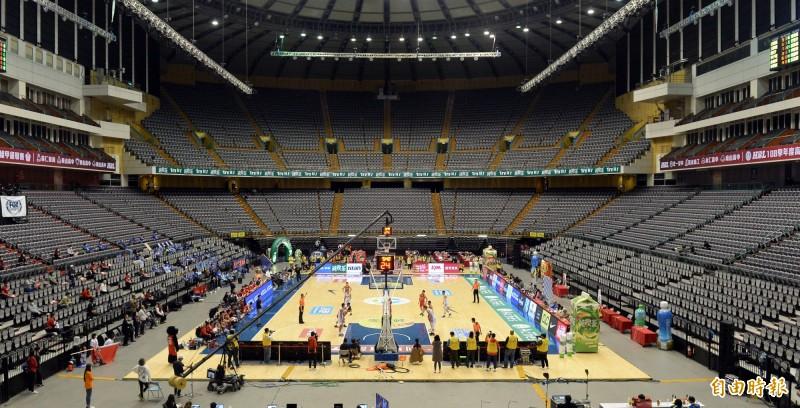 武漢肺炎疫情影響下,3月初HBL高中籃球聯賽決賽在台北小巨蛋開打,只能採「閉門」進行,觀眾席空蕩無人。(資料照,記者林正堃攝)