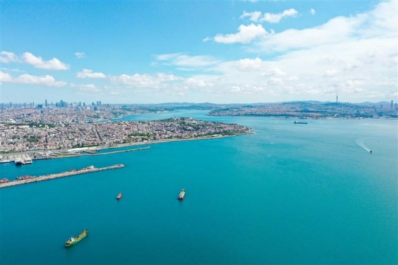 26日強風暴雨後,歐亞大陸天然分界的博斯普魯斯海峽水色變成「土耳其藍」。(中央社)