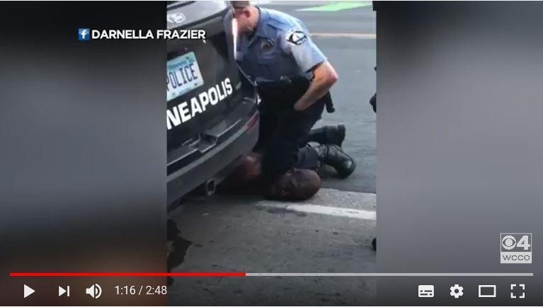 美國明尼蘇達州一名員警當街用膝蓋壓制一名上銬的非裔男子頸部,時間長達5分多鐘,男子最終斷氣,影片今天曝光。(圖擷取自youtube)