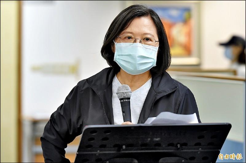 總統蔡英文昨於民進黨中執會前表示,將由行政院組成專案,對香港朋友提出人道救援的行動方案。(記者塗建榮攝)