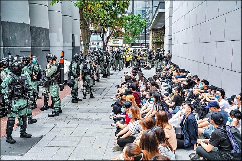 大批民眾在銅鑼灣示威,遭警方攔截搜查。(彭博)