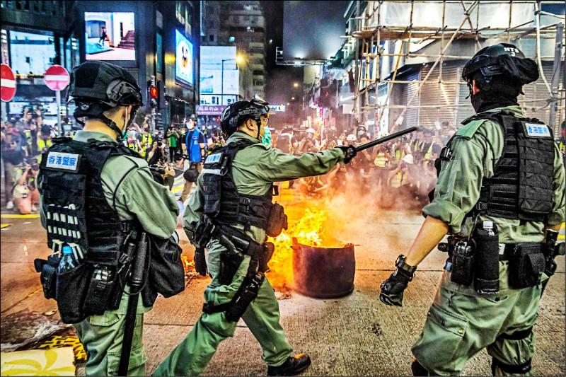 香港警方在旺角駐守,阻止示威者封鎖街道。(法新社)