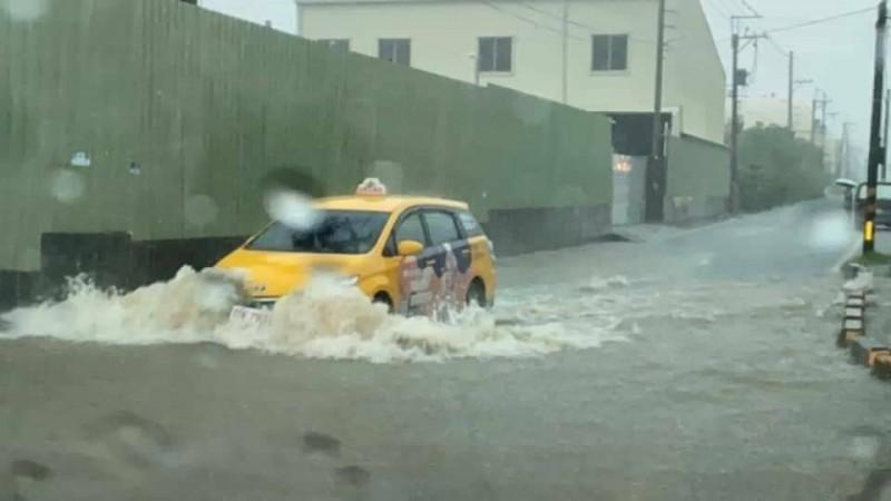 大樹區瓦厝街今出現積淹水。(記者陳文嬋翻攝)