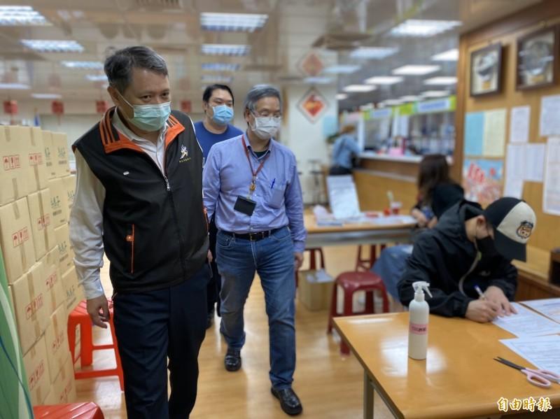 新北市政府勞工局長陳瑞嘉(左)表示,已在研擬外送員相關權益的自治條例,法制化前的空窗期,會先要求業者