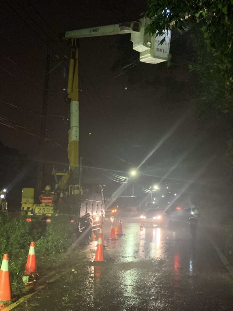 台電人員獲通報立即到場清除大樹,警方則於現場進行交管。(記者鄭名翔翻攝)