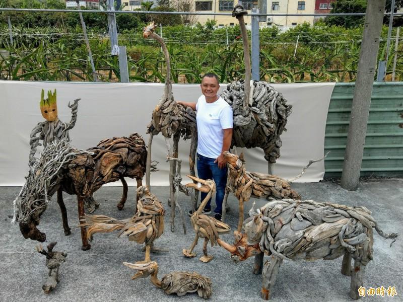張弘欣因疫情影響雞肉生意,沒想到利用多出來的時間創作漂流木作品,竟做出約十隻動物,儼然成為「漂流木動物園」。(記者劉濱銓攝)
