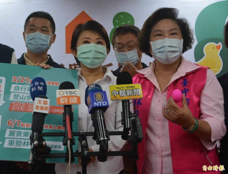 台中市長盧秀燕(左2)今早宣布,衛福部長陳時中週日將到一中商圈,並喝發源於台中,最道地的珍珠奶茶。(記者陳建志攝)