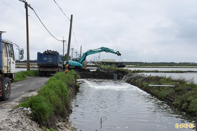 台西魚塭區排水潰堤,仍在搶修中。(記者林國賢攝)