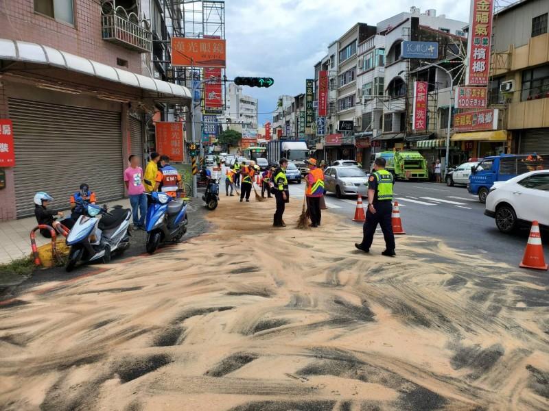 台南永康中山北路今早傳出多輛機車自摔,警方到場才發現是路面有大片油漬,經查找出肇事的動力機械車。(記者萬于甄翻攝)