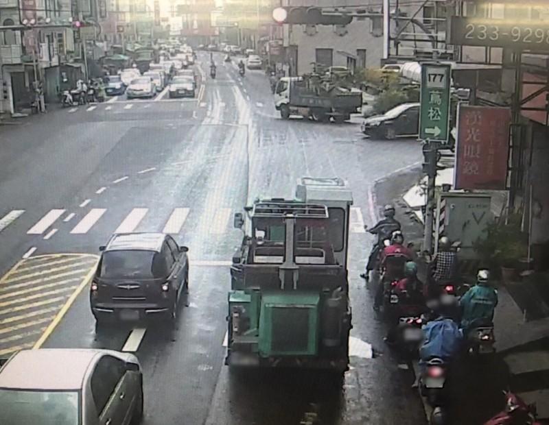 動力機械車行經永康中山北路時,沿路漏油,車輛旁有明顯油漬,隨後更造成後方7輛機車不慎摔車。(記者萬于甄翻攝)