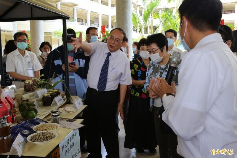 屏科大今天舉行「智慧農業中心」揭牌典禮,並展示學校研發成果。(記者邱芷柔攝)