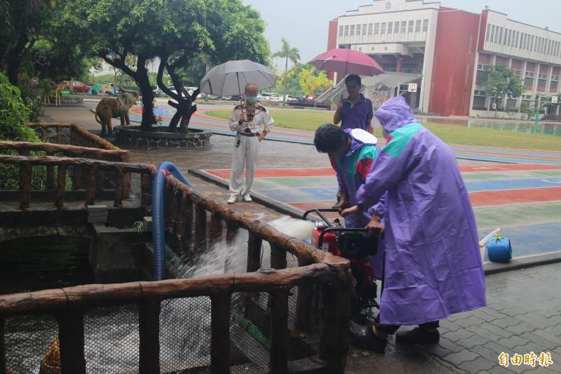 台南市16區36校地勢低窪學校統一添購小型移動式抽水機陸續到位。(記者劉婉君攝)