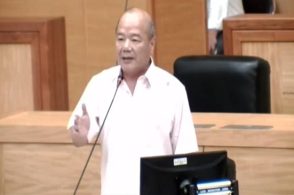 縣議員陳福成認為新增勞青處是疊床架屋,要求退回組織改造案。(記者林宜樟翻攝)