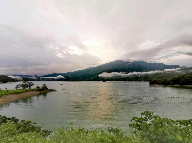 日月潭在梅雨停歇的空檔,出現有如飛龍的細長雲朵,令人相當驚奇。(記者劉濱銓翻攝)