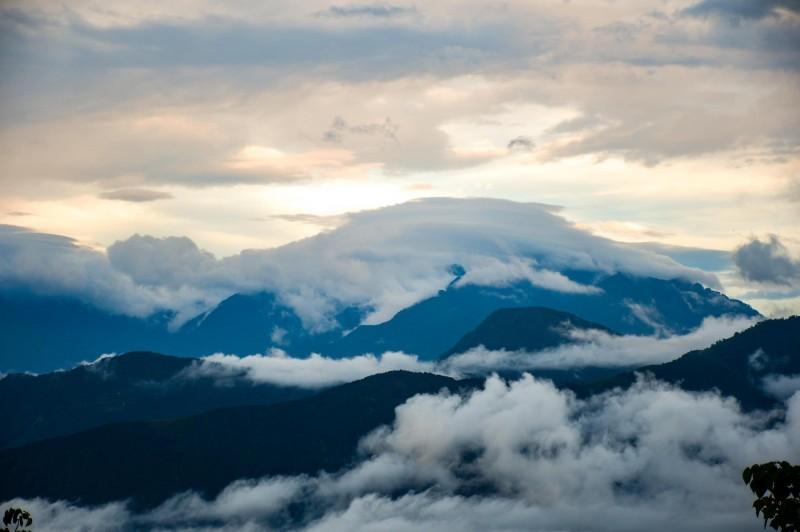 日月潭金龍山在梅雨停歇的空檔,位在魚池盆地周邊的山頂,竟出現有如巨龜的雲朵,奇特造型,相當難得。(圖由陳琪元提供)