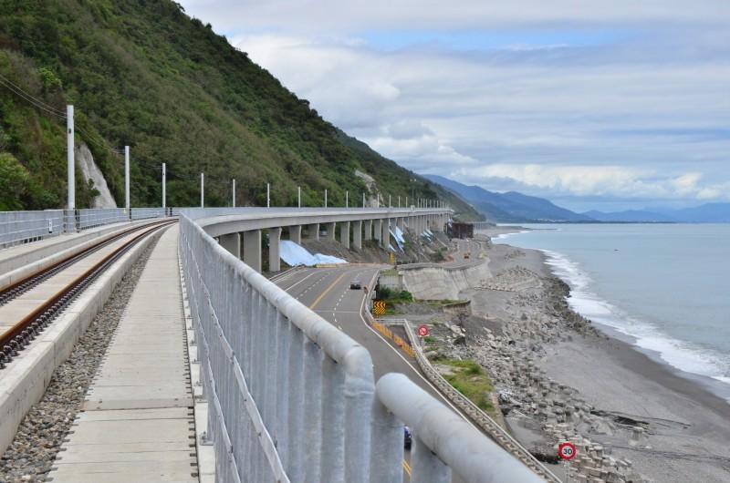 火車離無敵海景更近了! 多良高架鐵路通車