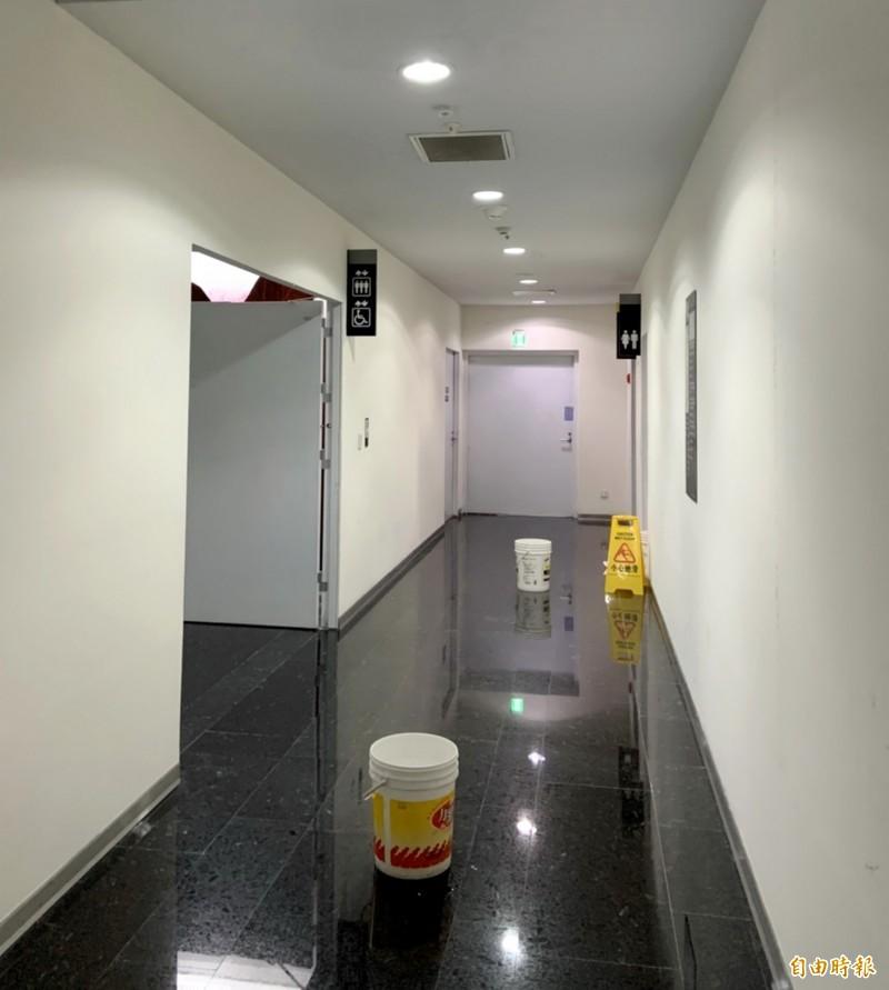 台中市議會14樓走廊漏水,地上擺了水桶應急。(記者張菁雅攝)