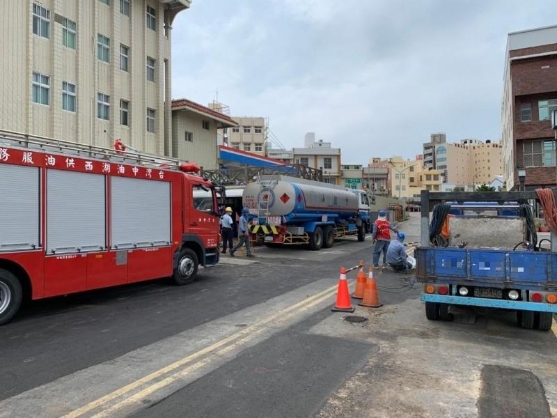 漏油現場伴隨濃濃瓦斯味,中油派消防車到現場戒備。(記者劉禹慶攝)