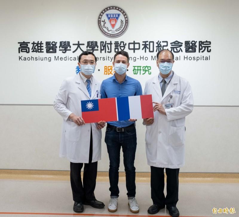 法籍醫師馬克(中),向高醫外科部主任郭耀仁(左)及口腔外科主任陳俊明(右)學習顱顏整形技術。(記者黃旭磊攝)