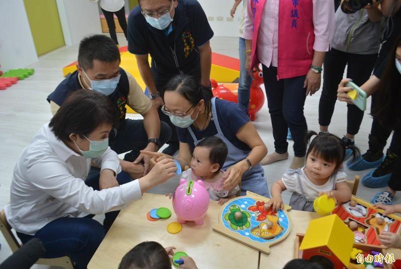 大里甲興托嬰中心今天舉行滿月慶,盧秀燕市長(左1)親切和收托寶寶互動。(記者陳建志攝)