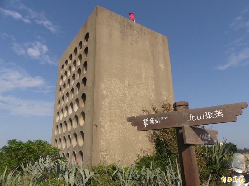金門北山播音牆室內六月一日開放,裡面有當年歌手鄧麗君向中國廣播的播音台供遊客體驗。(記者吳正庭攝)