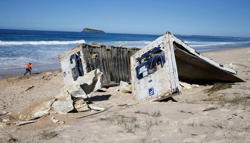 部分貨櫃已被沖打上澳洲新南威爾斯州海灘。(路透)