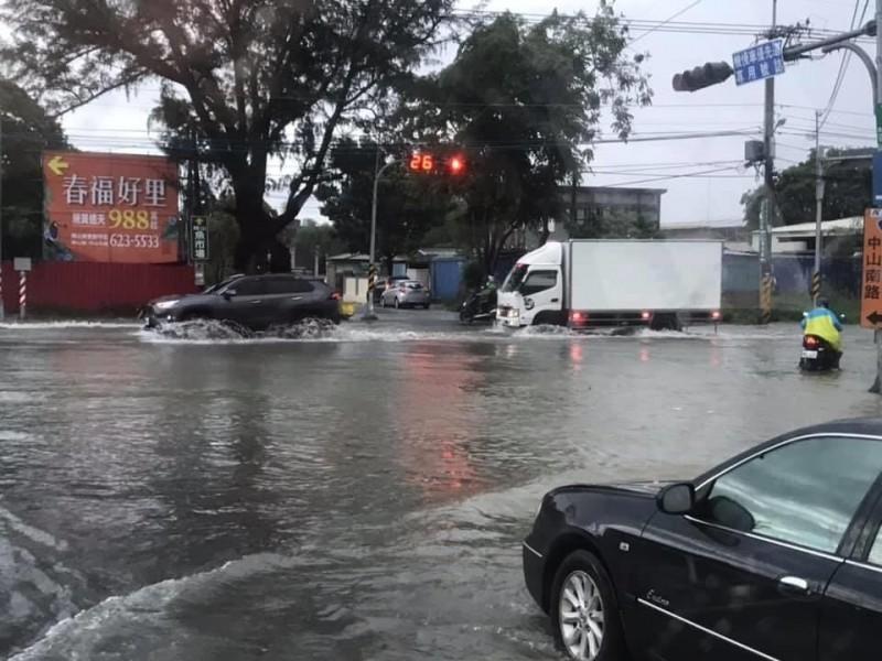 高雄今早大雨,雨勢集中在岡山等地區。(取自我是岡山人北高雄臉書)