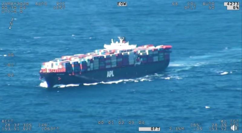 1艘新加坡籍貨輪從中國寧波載滿貨櫃要運往墨爾本,卻在雪梨東南方近海,從船尾處掉落40個貨櫃。(圖取自澳洲海事局)