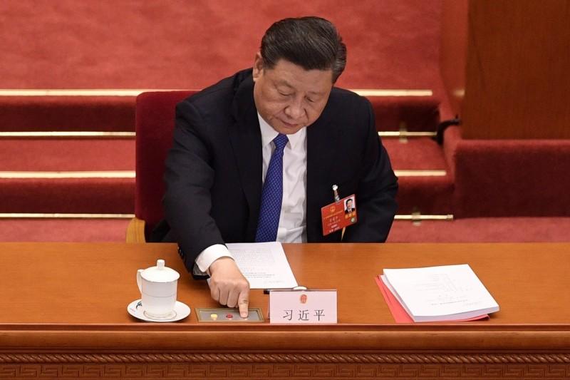 今天中國全國人大閉幕會議上,高票通過「港版國安法」的授權立法決定,中國國家主席習近平在會中也按下同意票。日本政府發言人菅義偉指出,香港的情勢變化可能對習近平訪日造成影響。(法新社)