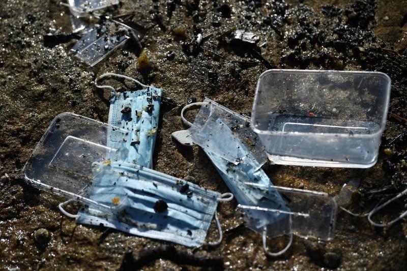 調查人員發現,部分貨櫃內的貨品是塑膠盒以及口罩。(歐新社)