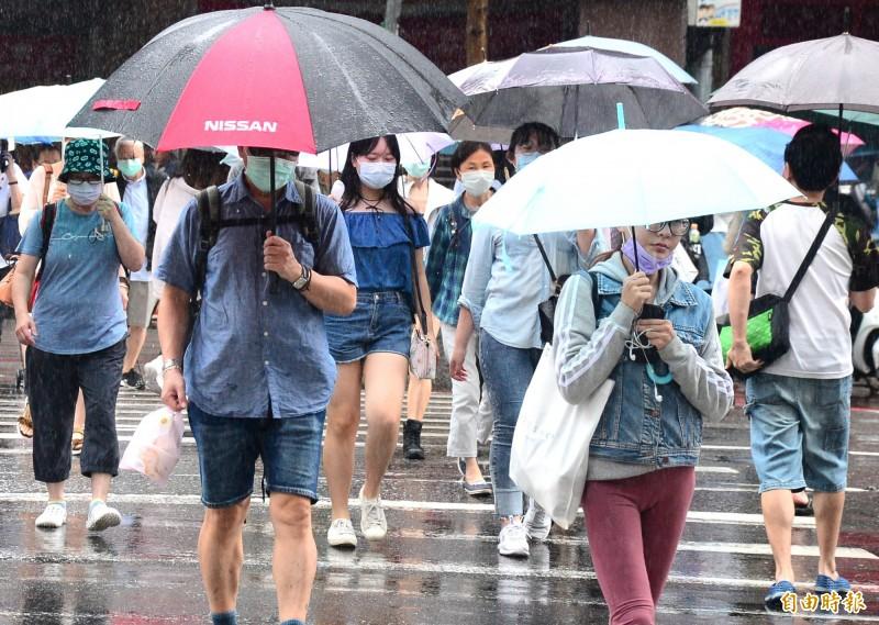 明天(29日)天氣依然不穩定,全台各地有雨,其中,中南部沿海地區晨間有較大雨勢,而各地山區與近山區平地須留意午後強降雨。(記者王藝菘攝)