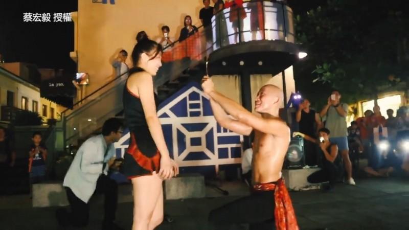 蔡宏毅在滿場觀眾下求婚。(蔡宏毅授權)