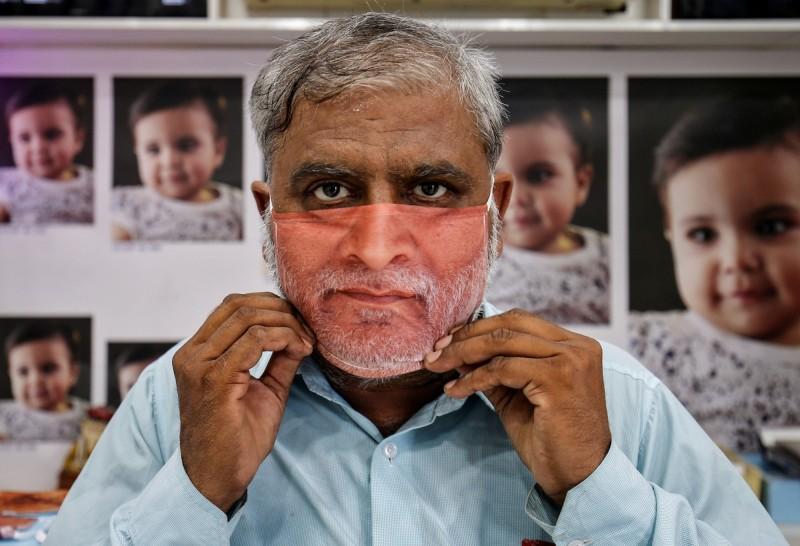 印度甘地訥格爾一名男子戴著人臉口罩。(路透)