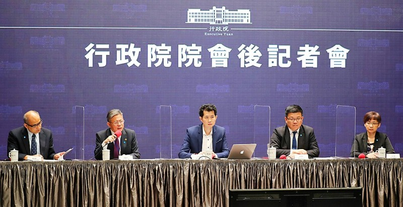 From left, Financial Supervisory Commission Vice Chairman Cheng Cheng-mount, Deputy Minister of Labor Lin San-quei, Executive Yuan spokesman Ting Yi-ming, Deputy Minister of Economic Affairs Tseng Wen-sheng and Ministry of Culture's Department of Humanities and Publications Director Chen Ying-fang take part in a news conference at the Executive Yuan in Taipei yesterday. Photo: CNA