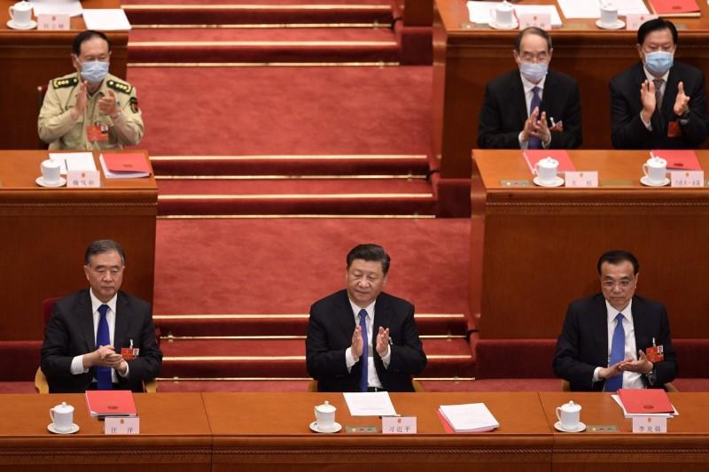 中國全國人大會議今(28)日下午舉行閉幕式,並以2878票贊成、反對1票、棄權6票表決通過「港版國安法」草案。(法新社)