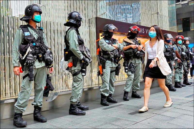 香港立法會廿八日繼續辯論爭議性的「國歌條例草案」,鎮暴警察在中環部署。(美聯社)